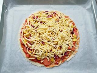 手抓饼披萨,最后再撒上一层马苏里拉芝士。