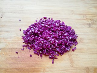 彩蔬炒金银饭,紫甘蓝洗干净控干水分切碎。