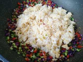 彩蔬炒金银饭,下入金银米饭。
