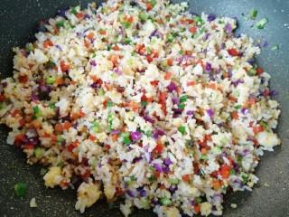 彩蔬炒金银饭,翻炒均匀。