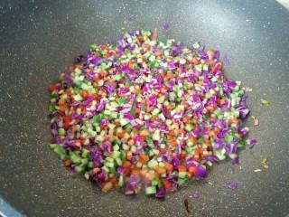 彩蔬炒金银饭,下入黄瓜和紫甘蓝翻炒均匀。