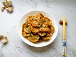 干拌饺子,干拌饺子装盘。
