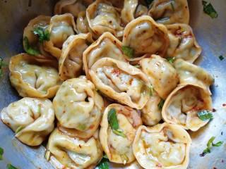干拌饺子,不要用筷子搅拌,会把饺子搅烂的,端着饺子上下晃动,让调料拌匀即可。