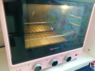 香橙巧克力妙芙蛋糕,烤箱上下管180度预热。