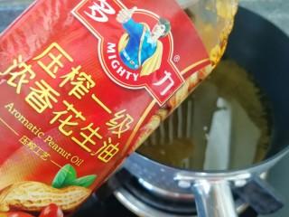 金牌本帮糖醋排骨,炸锅内倒入多力浓香花生油加热。