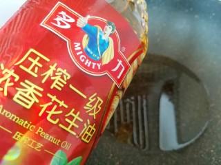 金牌草头圈子,另起一个炒锅,倒入多力浓香花生油烧热。