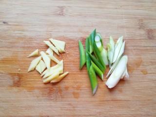 金牌草头圈子,葱姜切成丝。