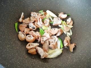 金牌草头圈子,炒锅内倒入多力浓香花生油烧热,爆香葱姜和大肠。