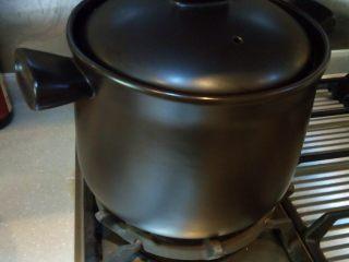 腌笃鲜,最后将所有食材放入炖锅,加少许料酒去腥,盐可不加,因为咸肉本身就比较咸了。喜欢吃清淡的,可不加桂皮八角,喜欢味道浓的,可加桂皮八角香叶,依自己喜好而定。大火煮沸,后改小火慢炖1.5-2小时。