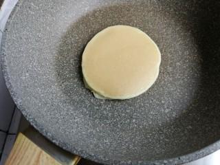 无糖无油的香蕉松饼,翻面再煎1分钟,中途可以盖上锅盖,我觉得受热更均匀