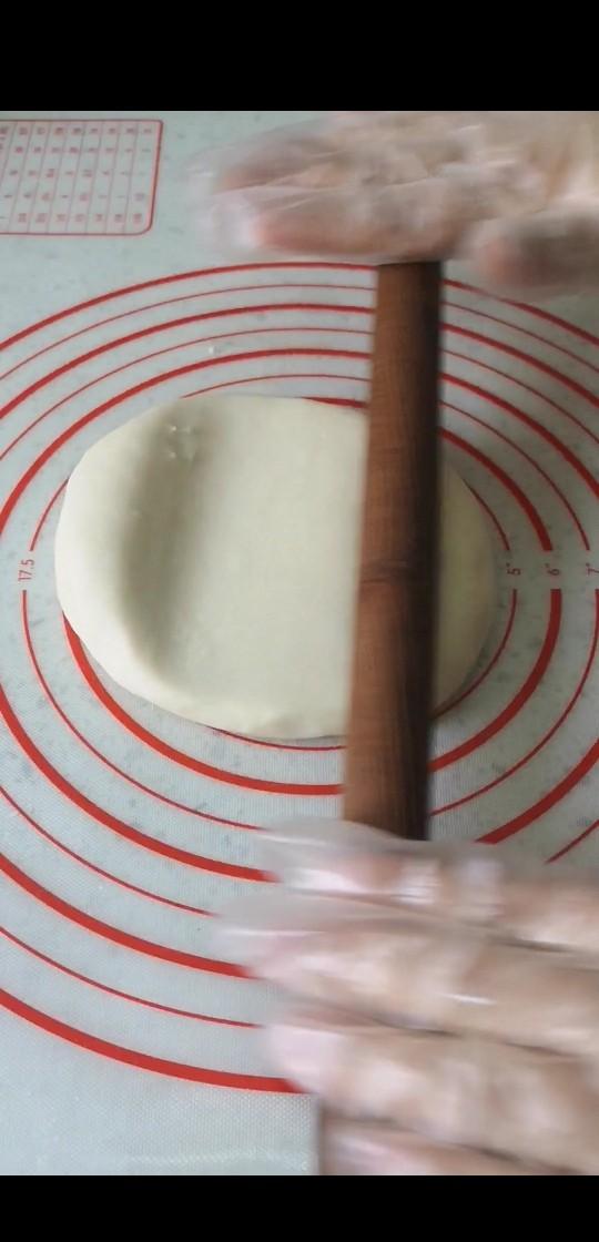 网红榴莲饼,擀成两边薄中间厚的圆饼