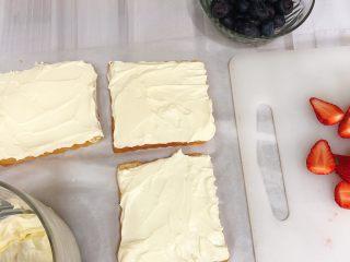 水果三明治,先把吐司上涂一层奶油