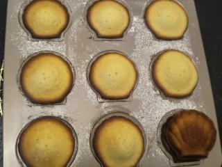 柠檬玛德琳蛋糕-入门级蛋糕,看状态。可以再烤的时候拿牙签测试一下,插进去没有湿的面糊就可以拿出来了。还有就是边缘出现有点变色的时候就可以啦。