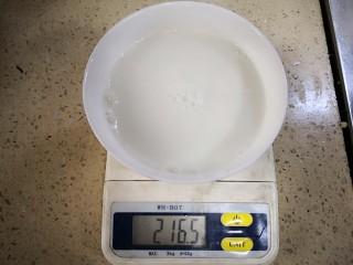 炼乳淡菜,加入温水(一定要用温水),均匀搅拌后,待用。