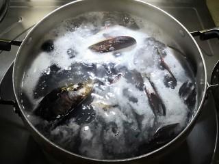 炼乳淡菜,用大火煮开,1分钟后起锅。