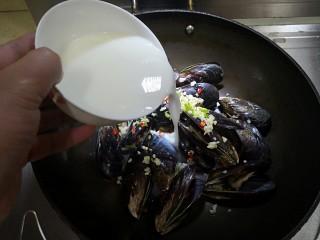 炼乳淡菜,均匀倒入调好的炼乳。