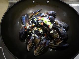炼乳淡菜,放入先前准备好的配料(香菜起锅后用)。