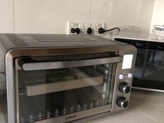 蒜香馒头片,送入预热好的烤箱,中层,上下火180度烤15分钟左右,至微微金黄