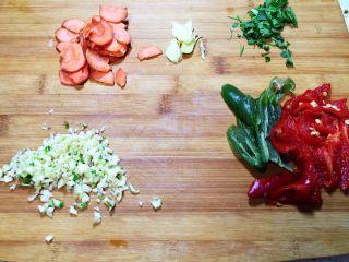 辣炒牛肝,胡萝卜和生姜切片,香菜和大蒜切末,辣椒切滚刀块