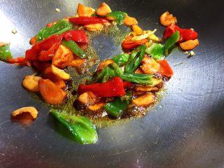 辣炒牛肝,放入花椒粉和生抽翻炒