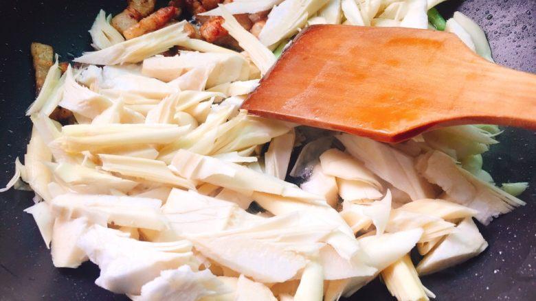 蚝油炒甜笋+春天的味道,倒入甜笋快速翻炒