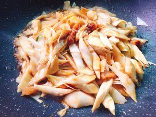 蚝油炒甜笋+春天的味道,翻炒均匀