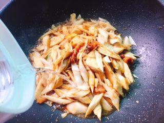 蚝油炒甜笋+春天的味道,注入适量清水