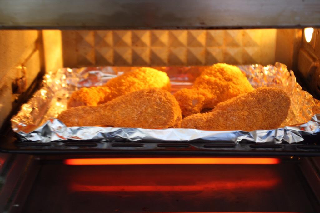 烤奥尔良风味黄金鸡腿,将烤盘放入烤箱中层。</p> <p>