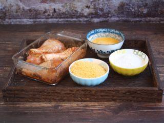烤奥尔良风味黄金鸡腿,准备好蛋液,面包糠,玉米淀粉,分别放在容器中。