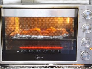 烤奥尔良风味黄金鸡腿,上管190°,下管185°烤30分钟。(具体时间及时间根据自家烤箱性能另定)