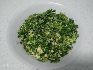 南瓜芽苗菜韭菜鸡蛋饺子,盛入碗里。