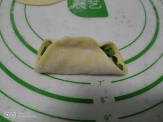 南瓜芽苗菜韭菜鸡蛋饺子,放入馅料,先捏中间。