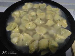 南瓜芽苗菜韭菜鸡蛋饺子,锅中放入适量水,水开后下入饺子。