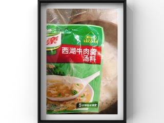 鲜美鲈鱼片汤,鱼骨煎好后倒入没过鱼骨再多一点点的开水,煮成白汤后,将煮好的白汤里放入这个调味包,一勺盐,少量酱油!