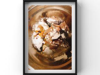 鲜美鲈鱼片汤,鱼片用生粉,酱油用手抓匀,给鱼肉按摩一下!腌制1个小时以上!