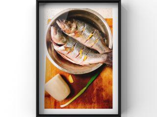 鲜美鲈鱼片汤,鲈鱼2条,白萝卜半截,蒜苗1根,姜片少量! 提前将鲈鱼洗净用料酒姜片去腥10分钟!