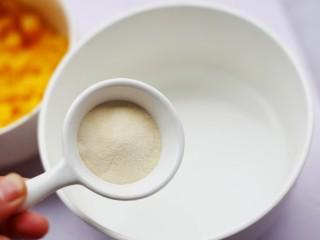 香甜爽滑的芒果牛奶布丁,吉利丁粉倒入温水泡至融化,水量约15g。