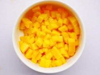 香甜爽滑的芒果牛奶布丁,芒果去皮切小块。