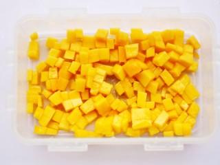 香甜爽滑的芒果牛奶布丁,倒入准备好的容器里。