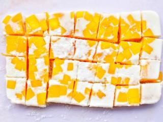 香甜爽滑的芒果牛奶布丁,用小刀划开四周倒扣出来,切块即可。