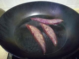 紫薯馅小餐包,在面包机操作的过程当中,我们来做<a style='color:red;display:inline-block;' href='/shicai/ 2643/'>紫薯</a>馅,放入锅中煮熟即捞出。