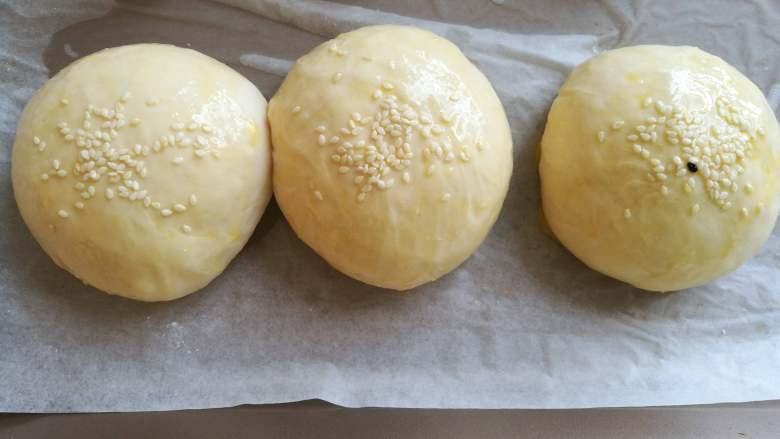 紫薯馅小餐包,入烤箱,按发酵键,约发酵60分钟发至其面团明显变大,又白又胖的样子。