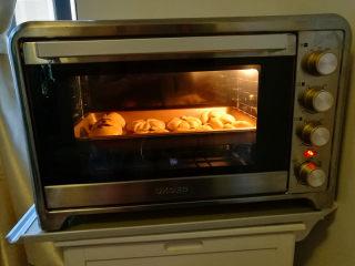 紫薯馅小餐包,表面刷蛋液,撒上适量的椰蓉或白芝麻做装饰,入提前预热好的烤箱约175度上火,下火150度,烤约12分钟即可。