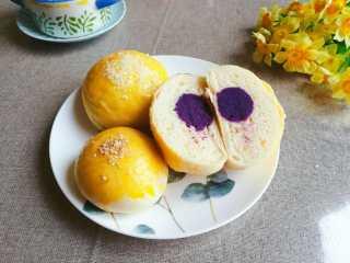 紫薯馅小餐包,如果一下子吃不完,可以用保鲜袋包好,入冰箱急冻哦,吃的时候用微波炉解冻即可。