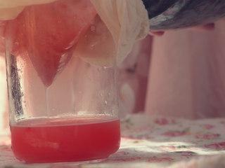 草莓酒,将草莓倒入醅内,搅拌均匀后密封,再过一夜取出纱布过滤出酒液,草莓酒即成