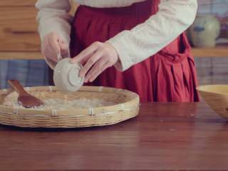 草莓酒,待饭微温,拌入酒曲,将米搅散入瓮密封五日成醅