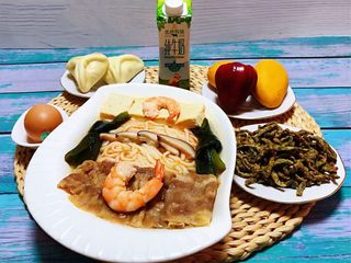 肥羊海虾时蔬面,好丰盛的早餐水果、牛奶、鸡蛋、糖包、小零食太美味了