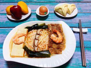 肥羊海虾时蔬面,将所有的食材都摆在面条上面就大功告成啦