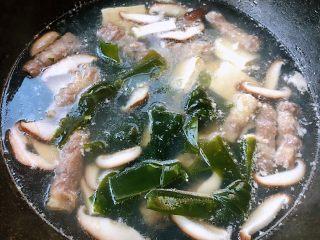肥羊海虾时蔬面,肥羊煮至变色撇去浮末放入海带结开煮