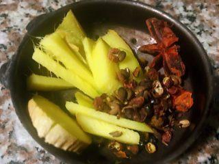 卤猪舌,准备姜片、花椒和八角装入小调味盒中